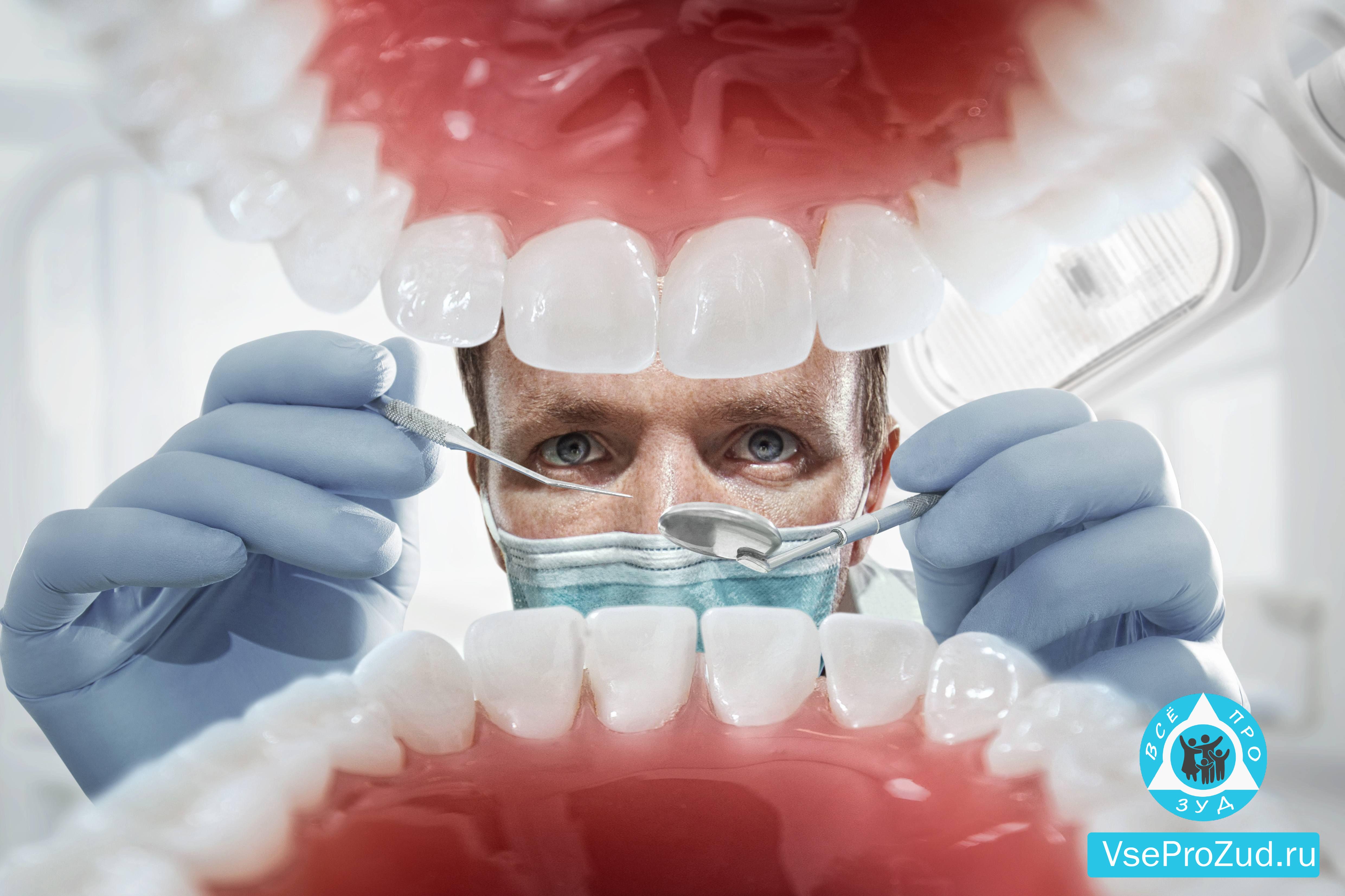 Стоматолог смотрит в рот