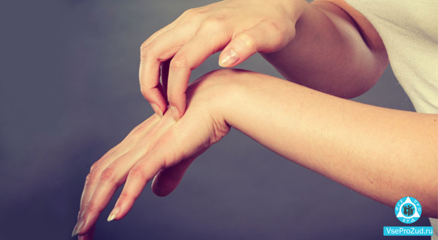 Между пальцами на руках покраснение
