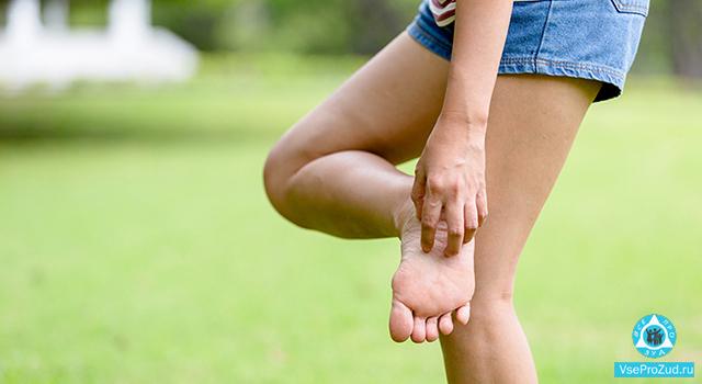 ребенок чешет ступни ног